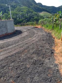 Bairro do município recebe asfaltamento novo.